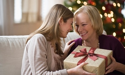 Что подарить маме на Новый Год 2020: 14 полезных бюджетных подарков